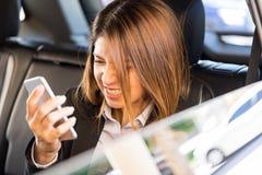 επιχειρηματίας που φωνάζει σε ένα τηλέφωνοη Στοκ Φωτογραφίες