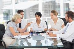 Επιχειρηματίας που φωνάζει στον ανώτερο υπάλληλο κατά τη διάρκεια μιας συνεδρίασης Στοκ Εικόνα