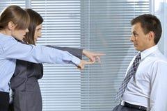 Επιχειρηματίας που φωνάζει στον επιχειρηματία στην αρχή Στοκ Εικόνα