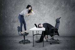Επιχειρηματίας που φωνάζει στον κουρασμένο υπάλληλο Στοκ Εικόνες