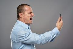 0 επιχειρηματίας που φωνάζει στο κινητό τηλέφωνο Στοκ εικόνες με δικαίωμα ελεύθερης χρήσης