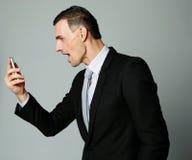 Επιχειρηματίας που φωνάζει στο τηλέφωνο κυττάρων του Στοκ Φωτογραφίες