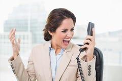 Επιχειρηματίας που φωνάζει στο τηλέφωνο Στοκ φωτογραφία με δικαίωμα ελεύθερης χρήσης