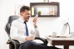 0 επιχειρηματίας που φωνάζει στο τηλέφωνο Στοκ Εικόνες