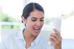 Επιχειρηματίας που φωνάζει στο τηλέφωνό της Στοκ Εικόνες