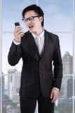 0 επιχειρηματίας που φωνάζει στο τηλέφωνό του Στοκ φωτογραφία με δικαίωμα ελεύθερης χρήσης