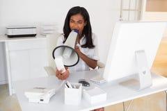 επιχειρηματίας που φωνάζει megaphone στο τηλέφωνοη Στοκ φωτογραφία με δικαίωμα ελεύθερης χρήσης