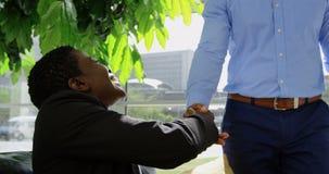 Επιχειρηματίας που χαιρετά έναν επιχειρηματία στο γραφείο 4k απόθεμα βίντεο