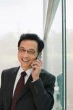 Επιχειρηματίας που χρησιμοποιεί ένα κυψελοειδές τηλέφωνο Στοκ Εικόνες