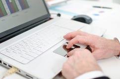 Επιχειρηματίας που χρησιμοποιεί ένα ποντίκι lap-top Στοκ φωτογραφία με δικαίωμα ελεύθερης χρήσης