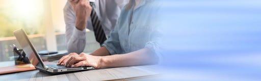 Επιχειρηματίας που χρησιμοποιεί ένα lap-top, ελαφριά επίδραση Στοκ φωτογραφίες με δικαίωμα ελεύθερης χρήσης