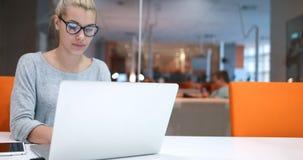Επιχειρηματίας που χρησιμοποιεί ένα lap-top στο γραφείο ξεκινήματος Στοκ φωτογραφία με δικαίωμα ελεύθερης χρήσης