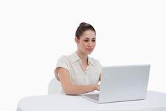 Επιχειρηματίας που χρησιμοποιεί ένα lap-top Στοκ εικόνα με δικαίωμα ελεύθερης χρήσης