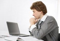 Επιχειρηματίας που χρησιμοποιεί ένα lap-top Στοκ Εικόνα
