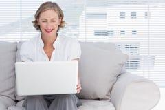 Επιχειρηματίας που χρησιμοποιεί ένα lap-top Στοκ Φωτογραφίες