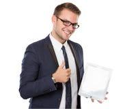 Επιχειρηματίας που χρησιμοποιεί ένα PC ταμπλετών, χαμόγελο Στοκ φωτογραφίες με δικαίωμα ελεύθερης χρήσης