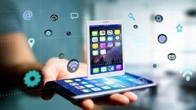 Επιχειρηματίας που χρησιμοποιεί ένα smartphone με να περιβάλει ταμπλετών από app Στοκ Φωτογραφία
