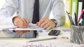 Επιχειρηματίας που χρησιμοποιεί ένα smartphone στο γραφείο φιλμ μικρού μήκους