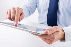 Επιχειρηματίας που χρησιμοποιεί μια ψηφιακή ταμπλέτα Στοκ εικόνα με δικαίωμα ελεύθερης χρήσης
