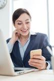 Επιχειρηματίας που χρησιμοποιεί τα κινητά apps Στοκ Φωτογραφία