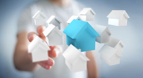 Επιχειρηματίας που χρησιμοποιεί τα τρισδιάστατα μικρά άσπρα και μπλε σπίτια Στοκ φωτογραφίες με δικαίωμα ελεύθερης χρήσης