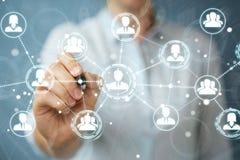 Επιχειρηματίας που χρησιμοποιεί την κοινωνική σύνδεση δικτύων με ένα τρισδιάστατο rend μανδρών Στοκ Εικόνες