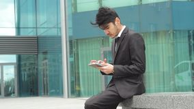 Επιχειρηματίας που χρησιμοποιεί την ταμπλέτα για την εργασία απόθεμα βίντεο
