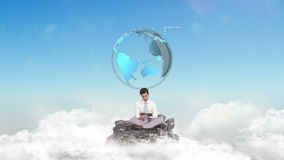 Επιχειρηματίας που χρησιμοποιεί την ταμπλέτα στα σύννεφα απόθεμα βίντεο