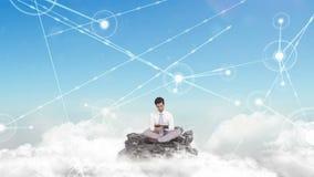 Επιχειρηματίας που χρησιμοποιεί την ταμπλέτα στα σύννεφα φιλμ μικρού μήκους