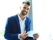 Επιχειρηματίας που χρησιμοποιεί την ταμπλέτα στο γραφείο Στοκ Εικόνες