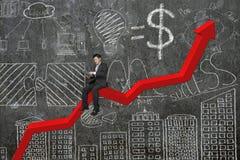 Επιχειρηματίας που χρησιμοποιεί την ταμπλέτα στο κόκκινο διάγραμμα τάσης με τον τοίχο doodles Στοκ Εικόνα