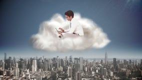 Επιχειρηματίας που χρησιμοποιεί την ταμπλέτα στο σύννεφο πέρα από την πόλη απεικόνιση αποθεμάτων