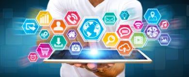 Επιχειρηματίας που χρησιμοποιεί την ψηφιακή αφής οθόνη εικονιδίων Στοκ Εικόνες