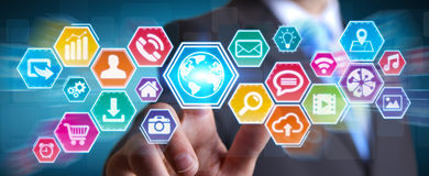 Επιχειρηματίας που χρησιμοποιεί την ψηφιακή αφής οθόνη εικονιδίων Στοκ Εικόνα