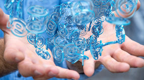 Επιχειρηματίας που χρησιμοποιεί την ψηφιακή μπλε σφαίρα arobase για να κάνει σερφ στο interne Στοκ Φωτογραφίες