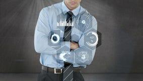 Επιχειρηματίας που χρησιμοποιεί την ψηφιακή οθόνη διεπαφών με τα εικονίδια απόθεμα βίντεο