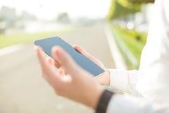 Επιχειρηματίας που χρησιμοποιεί την ψηφιακή ταμπλέτα - κλείστε επάνω Στοκ εικόνα με δικαίωμα ελεύθερης χρήσης