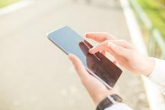 Επιχειρηματίας που χρησιμοποιεί την ψηφιακή ταμπλέτα - κλείστε επάνω Στοκ Φωτογραφίες