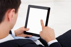 Επιχειρηματίας που χρησιμοποιεί την ψηφιακή ταμπλέτα στην αρχή Στοκ Εικόνα