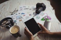 Επιχειρηματίας που χρησιμοποιεί την ψηφιακή ταμπλέτα στο δημιουργικό γραφείο γραφείων Στοκ εικόνα με δικαίωμα ελεύθερης χρήσης