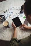 Επιχειρηματίας που χρησιμοποιεί την ψηφιακή ταμπλέτα στο δημιουργικό γραφείο γραφείων Στοκ φωτογραφία με δικαίωμα ελεύθερης χρήσης