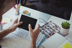 Επιχειρηματίας που χρησιμοποιεί την ψηφιακή ταμπλέτα στο δημιουργικό γραφείο γραφείων Στοκ εικόνες με δικαίωμα ελεύθερης χρήσης