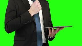 Επιχειρηματίας που χρησιμοποιεί την ψηφιακή ταμπλέτα του φιλμ μικρού μήκους
