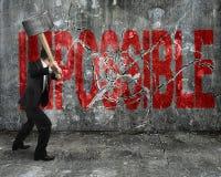 Επιχειρηματίας που χρησιμοποιεί τη βαρειά που ραγίζει την κόκκινη αδύνατη λέξη brok στοκ φωτογραφίες
