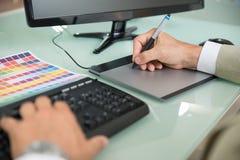 Επιχειρηματίας που χρησιμοποιεί τη γραφική ταμπλέτα Στοκ Εικόνες
