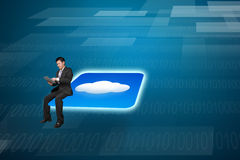 Επιχειρηματίας που χρησιμοποιεί τη συνεδρίαση ταμπλετών στο εικονίδιο σύννεφων με το backgro τεχνολογίας Στοκ εικόνα με δικαίωμα ελεύθερης χρήσης