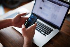 Επιχειρηματίας που χρησιμοποιεί τη συνεδρίαση τεχνολογίας στο σύγχρονο ξύλινο γραφείο σοφιτών Στοκ φωτογραφία με δικαίωμα ελεύθερης χρήσης