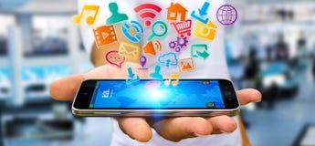Επιχειρηματίας που χρησιμοποιεί τη σύγχρονη ψηφιακή εφαρμογή εικονιδίων σε κινητό του Στοκ Εικόνες