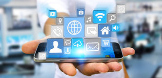 Επιχειρηματίας που χρησιμοποιεί τη σύγχρονη ψηφιακή εφαρμογή εικονιδίων σε κινητό του Στοκ φωτογραφίες με δικαίωμα ελεύθερης χρήσης