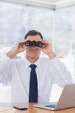 Επιχειρηματίας που χρησιμοποιεί τις διόπτρες μπροστά από τη κάμερα Στοκ Εικόνα